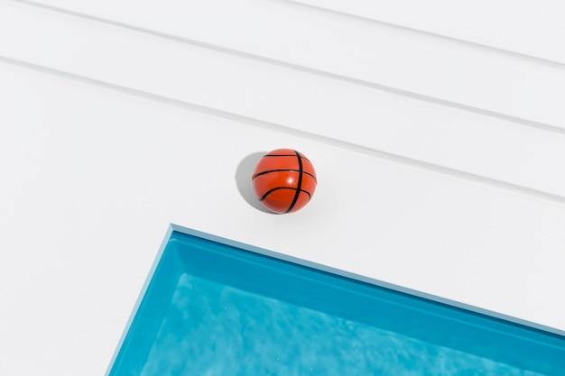 Miniatuur zwembad stilleven arrangement met basketbal