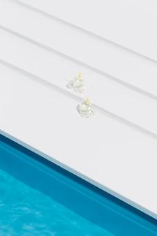 Miniatuur zwembad stilleven arrangement met glazen