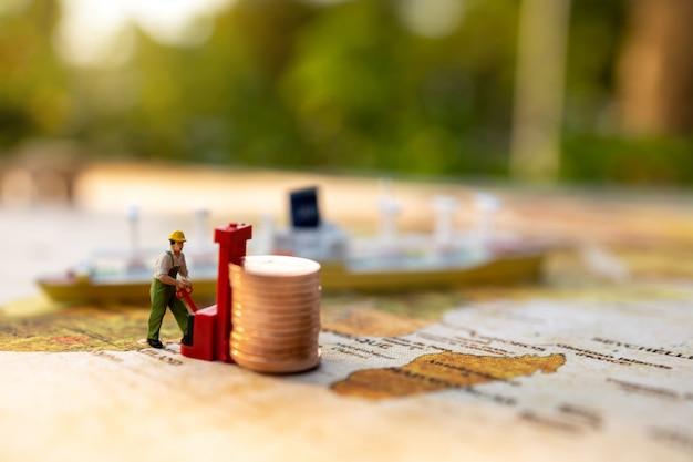 Miniatuurmensen: arbeider die munten laadt om te verzenden. verzend- en online bezorgservice concept.