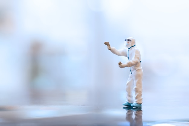 Miniatuurmensen arts die gezichtsmaskers draagt tijdens uitbraak van coronavirus en griep