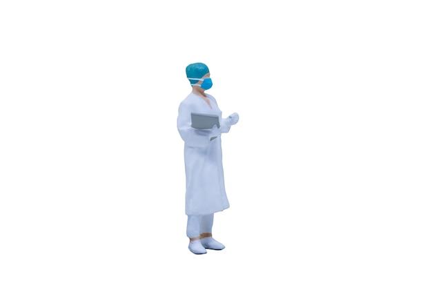 Miniatuurmensen artsen met beschermende pakken en maskers op witte achtergrond met uitknippad