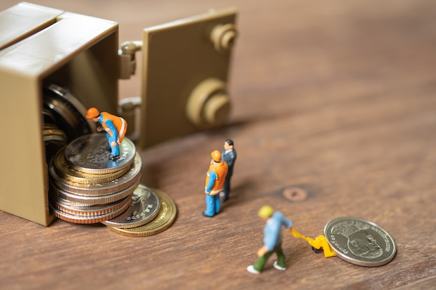 Miniatuurmensen bouwvakker security key repair en de behandeling