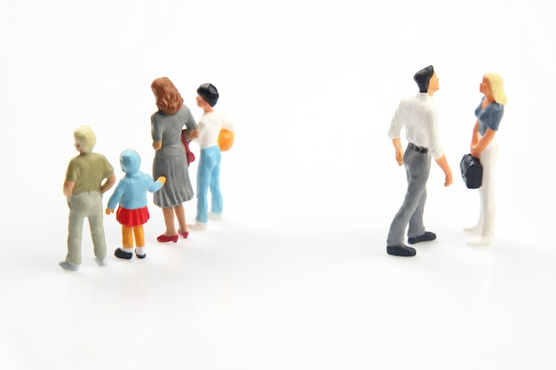 Miniatuurmensen. concept van familiemensen in relaties. het probleem van trouw in het huwelijk. het opvoeden van kinderen in problematische relaties in het gezin.