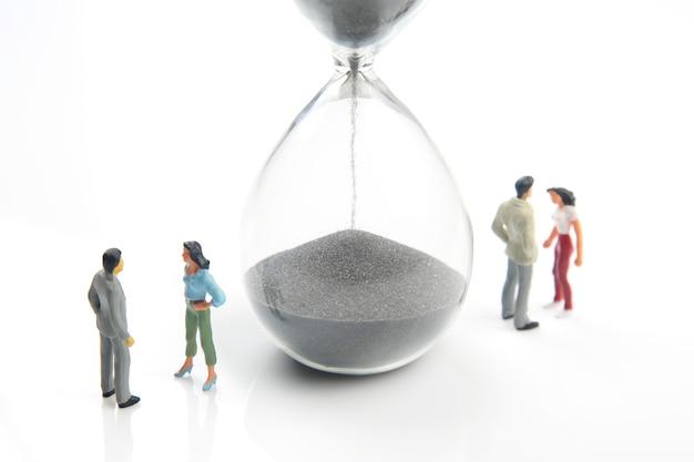 Miniatuurmensen. concept van familiemensen in relaties. het probleem van trouw in het huwelijk.