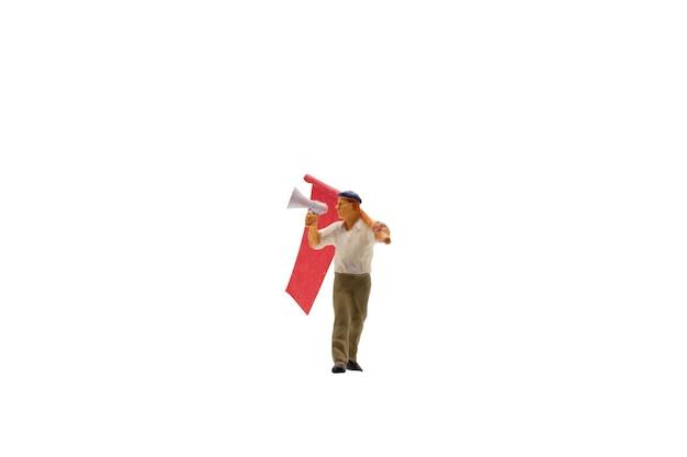 Miniatuurmensen die megafoon met geïsoleerde vlaggen houden