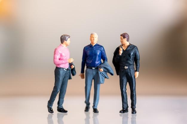 Miniatuurmensen die samen staan