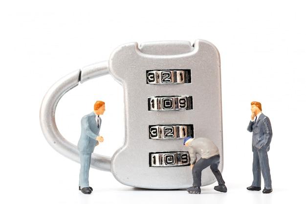 Miniatuurmensen die werken op combinatieslot nummer 2020
