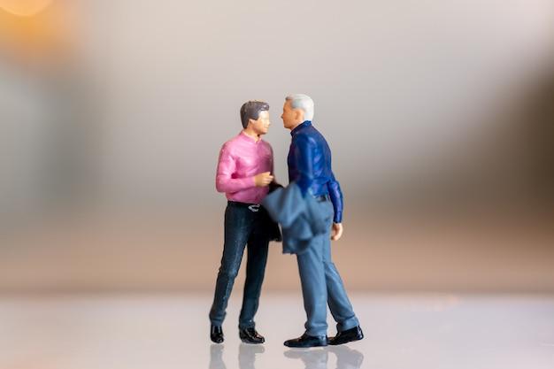 Miniatuurmensen, homopaar die zich verenigen Premium Foto