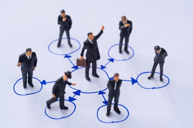 Miniatuurmensen in bedrijfsconcept van het cirkel sociaal netwerk.