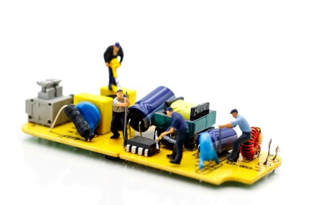Miniatuurmensen: ingenieurs repareren fout op chip van printplaat. computer reparatie concept.