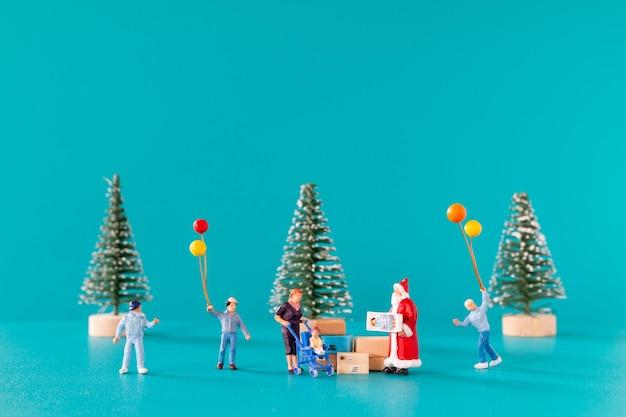 Miniatuurmensen, kerstman levering geschenkdoos voor kinderen, kerstmis en gelukkig nieuwjaar concept.