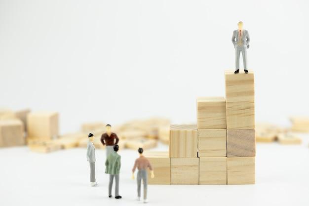 Miniatuurmensen klein cijfer van het bedrijfsleidersconcept