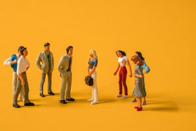 Miniatuurmensen mannen tegen vrouwen op het werk