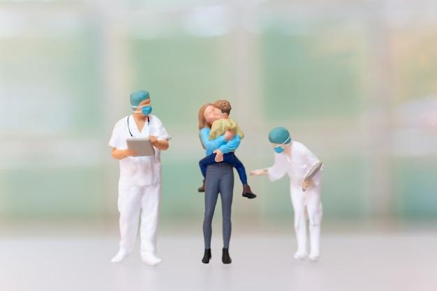 Miniatuurmensen moeder en kind in het ziekenhuis om een vaccinatie- of immunisatieschema te krijgen. wereld polio dag concept