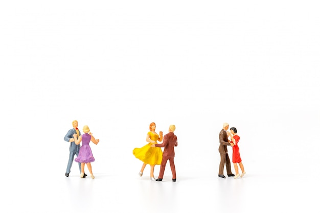 Miniatuurmensen, paar dat op witte achtergrond danst