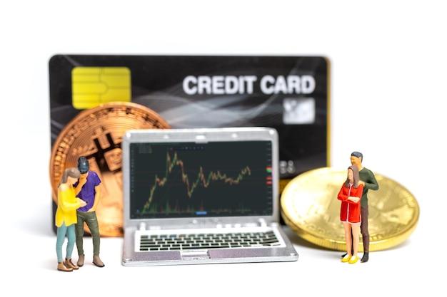 Miniatuurmensen, paar die cryptovalutagrafiek op laptopachtergrond bekijken, cryptocurrency en financieel concept