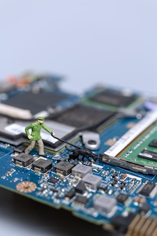 Miniatuurmensen, politie en detective werken aan een computermoederbord, concept van cybercriminaliteit