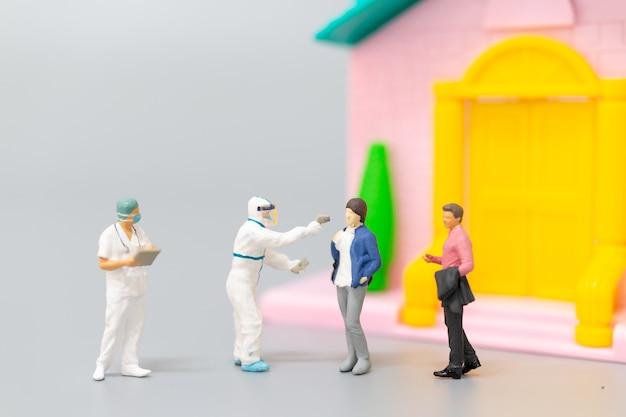 Miniatuurmensen ppe medisch bezoek voor coronavirus thuis, gezondheidszorgconcept