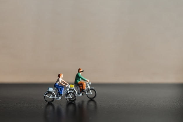 Miniatuurmensen: reizigers die fietsen