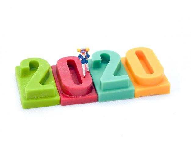 Miniatuurmensen: reizigers lopen op nummer 2020