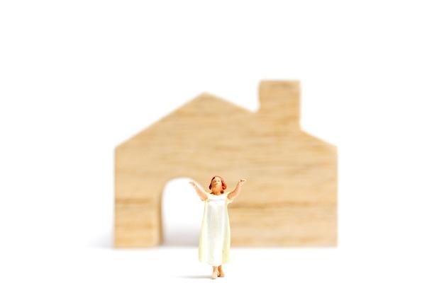 Miniatuurmensen: slaperige vrouw die thuis aan slaapwandelen lijdt