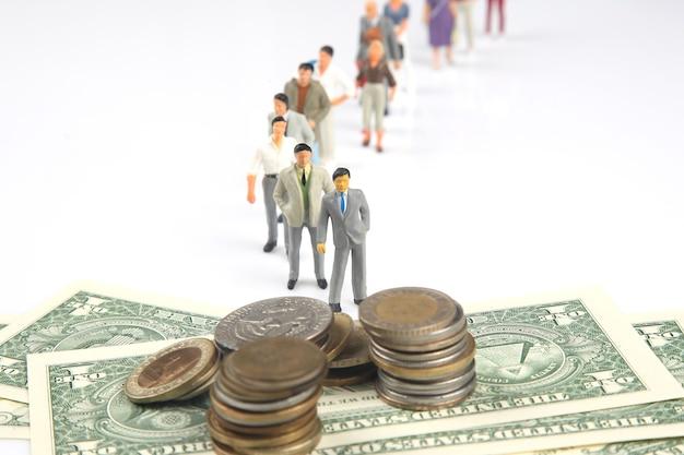 Miniatuurmensen staan in de rij om betaald te worden