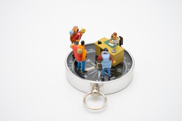 Miniatuurmensen staan op de loopbrug het begin van de reis om het doel te bereiken.