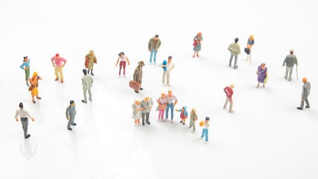 Miniatuurmensen staan op wit