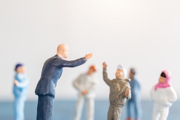 Miniatuurmensen studenten staan met de leraar in de klas. wereldlerarendag concept