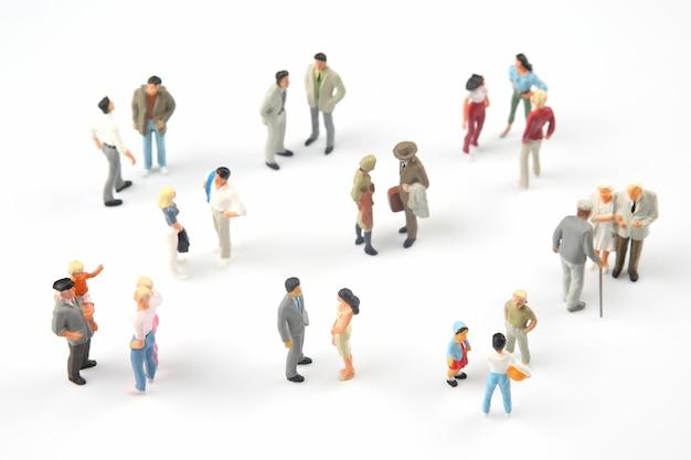 Miniatuurmensen. verschillende mensen communiceren met elkaar