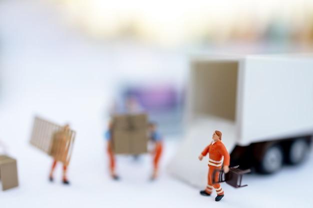 Miniatuurmensen: werknemer laaddoos en munten naar vrachtwagencontainer. verzend- en online bezorgservice concept.