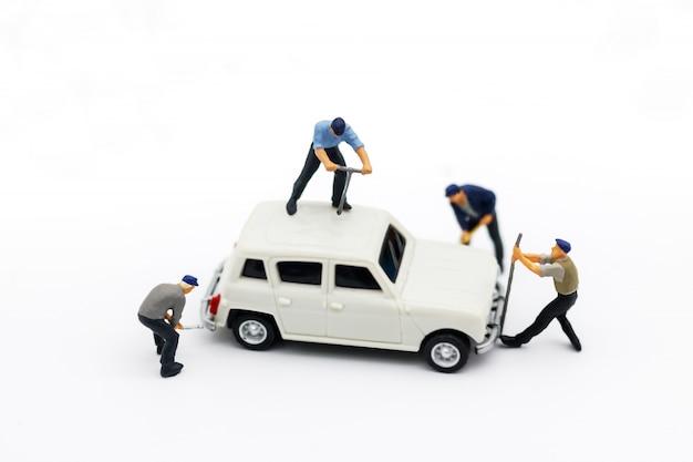 Miniatuurmensen: werknemers die auto repareren. autoservice, reparatie, onderhoudsconcept.