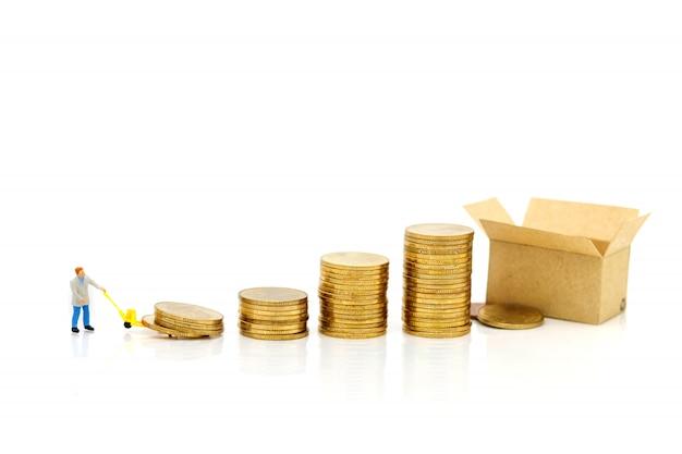 Miniatuurmensen: werknemers vervoeren muntengeld. succes, financiën, investeringen en groei in bedrijfsconcept.