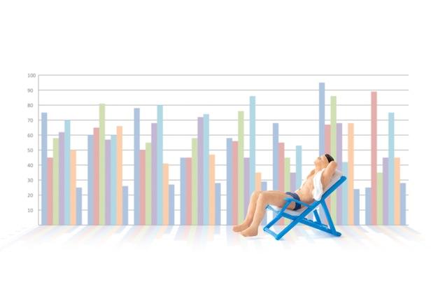 Miniatuurmensen, zakenman die in ligstoelen zonnebaden met zakelijke grafiekenachtergrond