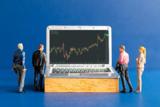 Miniatuurmensen, zakenmensen die professionele financiële adviseurs en tablets raadplegen met aandelentickers, beurs- of forexhandelgrafiek in grafisch concept