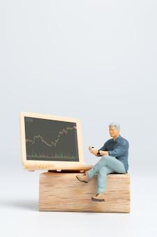 Miniatuurmensen, zakenmensen en labtop met aandelentickers, aandelenmarkt of forex trading grafiek in grafisch concept