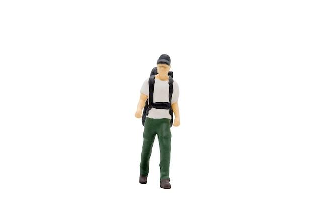 Miniatuurmensenreiziger status geïsoleerd op witte achtergrond met uitknippad