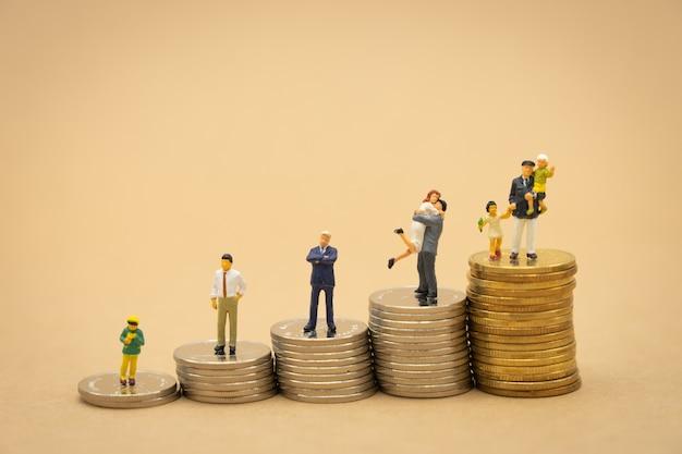 Miniatuurmensenzakenlieden die investeringsanalyse of investering staan.