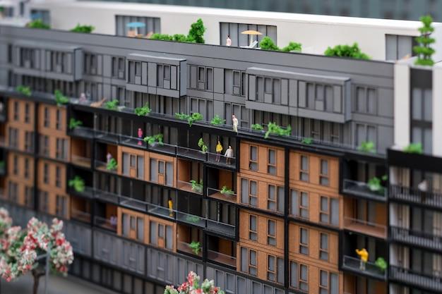 Miniatuurmodel, miniatuur speelgoedgebouwen, auto's en mensen. maquette van de stad. nieuwbouwproject