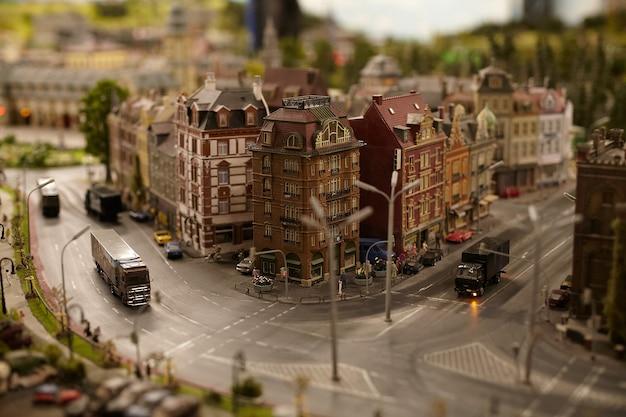 Miniatuurmodellen stellen auto's en vrachtwagens voor in de stadsstraat