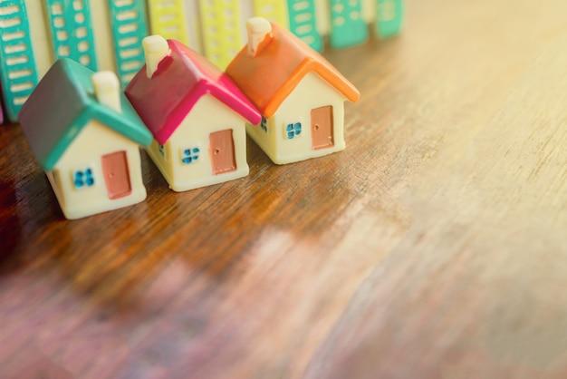 Miniatuurmodellen van het huis en appartementengebouw, hypotheekconcept.