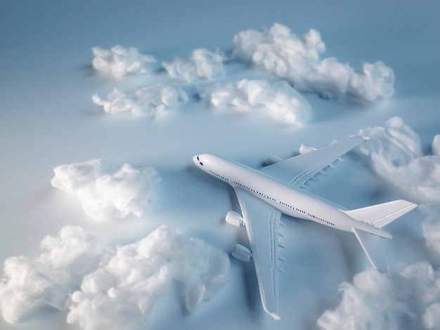 Miniatuurvliegtuig op witte vloer, reisconcept