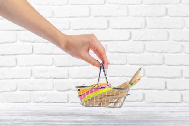 Miniboodschappenwagentje met multi-coloured pennen en potloden