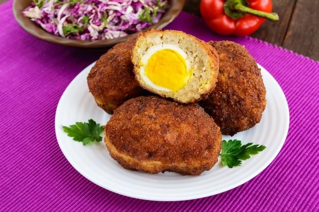 Minibroodjes met vlees en gekookt ei. detailopname
