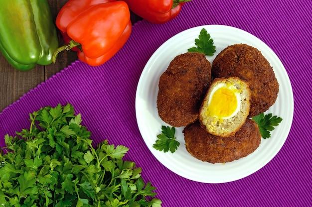 Minibroodjes met vlees en gekookt ei. het bovenaanzicht