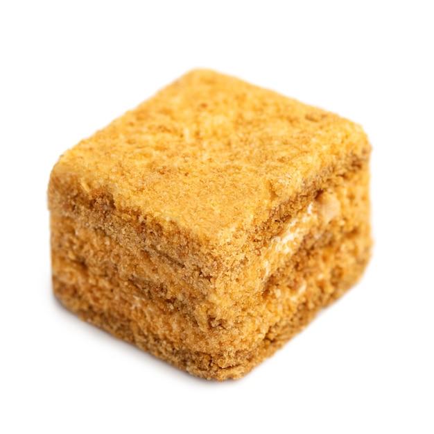 Minicake honingcake. medovik segment geïsoleerd op een witte achtergrond. koken concept. gezond heerlijk dessert