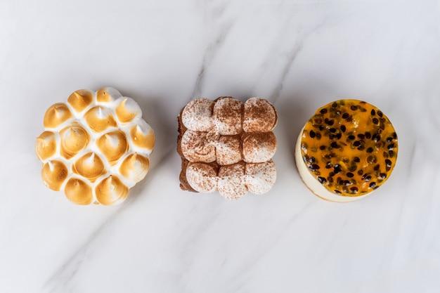 Minichocolade, citroentaart en passievruchtencake.