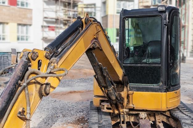 Minigraafmachine op de bouwplaats. compacte bouwmachines voor grondwerken.
