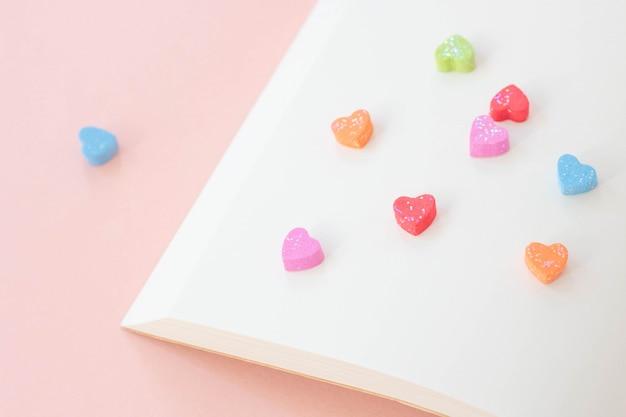 Miniharten zijn kleurrijk op een boek