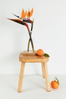 Minimaal abstract begrip sinaasappelen en bloemen